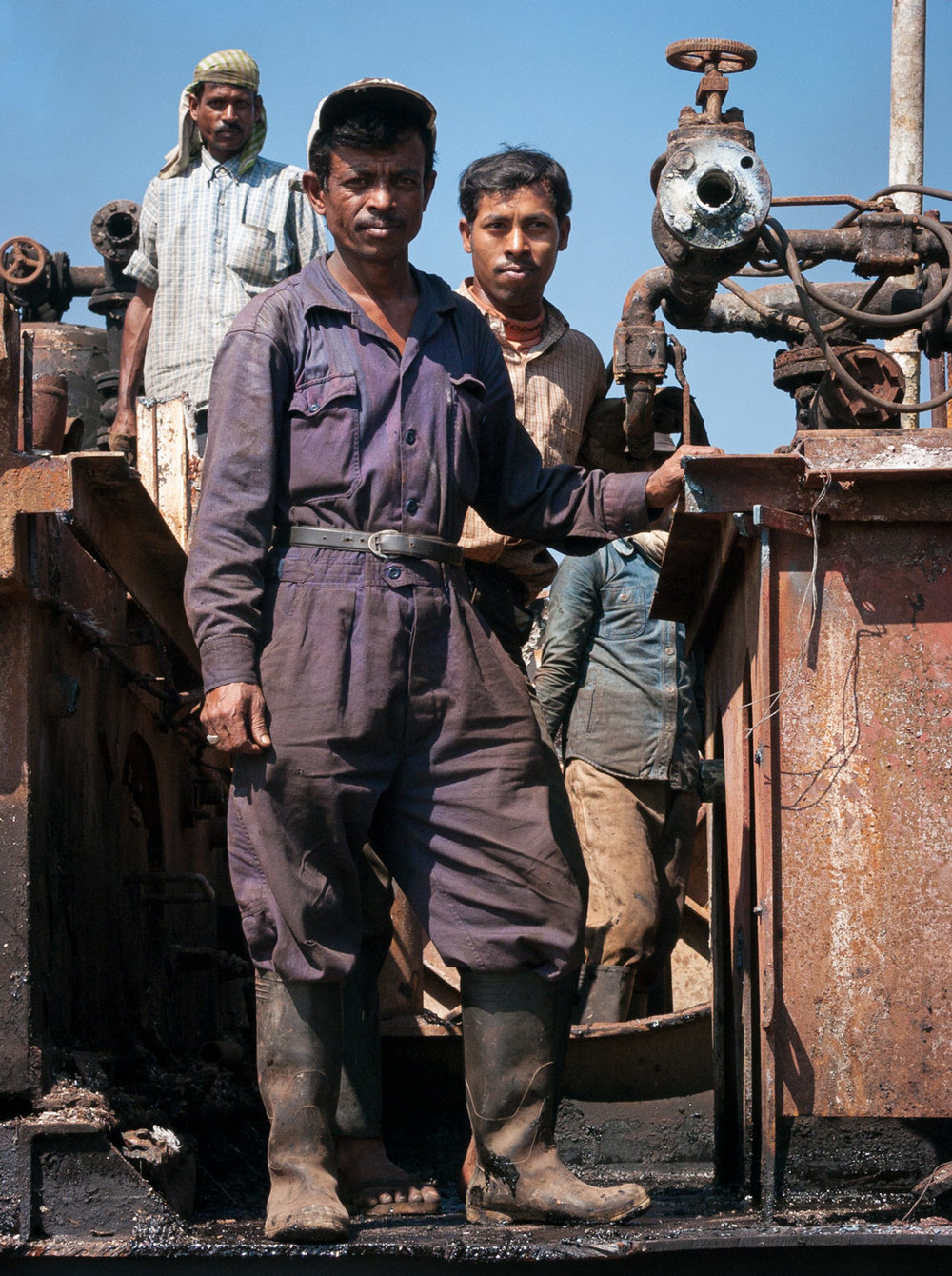 bangladesh-chittagong-shipbreaking-workers.jpg
