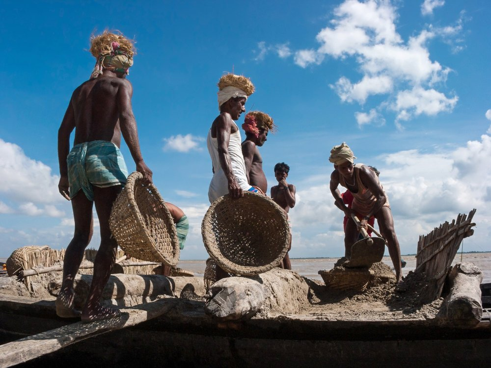 bangladesh-workers-baskets-laborers.jpg