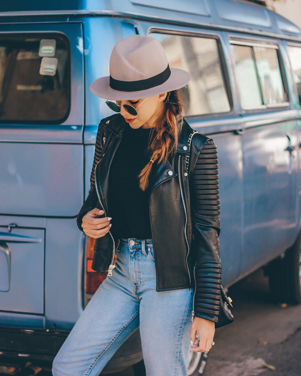 how-to-wear-gray-fedora-hat-leather-jacket
