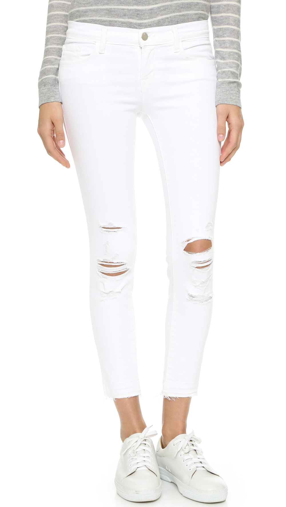 WHITE JEANS ARE BASIC, YOU NEED TO FIND A NICE FIT SINCE THIS COLOR IS QUITE HARD IF THE FIT IS NOT WELL. loVE THIS OPTION!