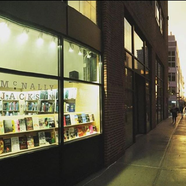 @mcnallyjackson is a beloved independent bookstore in NYC and one of the city's most vibrant literary hubs 📚 What you may not know is that it has a section entirely devoted to literatura en español and an imprint DíazGrey Editores. Not to mention they host 8-10 events a month in SPANISH y un bookclub en Español thanks to dynamo @javiermolea !! Come say hola at #NLWfest2018 Sunday, September 30th 11am-6pm! . . #NLWfest2018 Countdown: 27 días. #NewLatinWave #Publishing #Literatura #LatinX #Libros #HereToStay