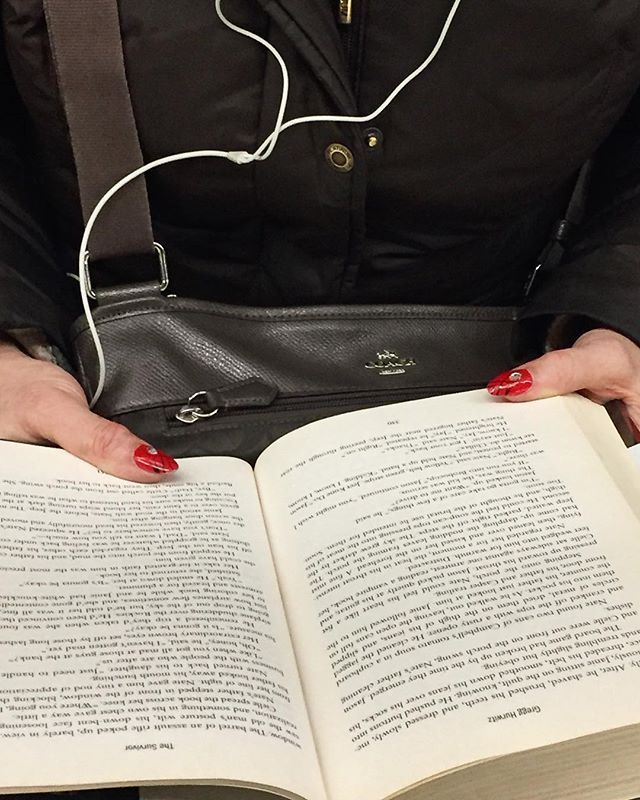 New year, new nails | A train | by @emmapratte  #rednails #subwaybooks #january