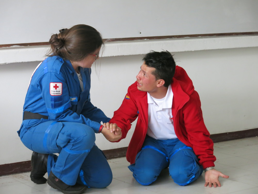 Revisando los casos de intervencion y utilizando el juego de roles para aprender como apoyar a personas en situacion de crisis.  // The volunteers used role play to learn how to provide psycosocial first aid to someone in crisis.