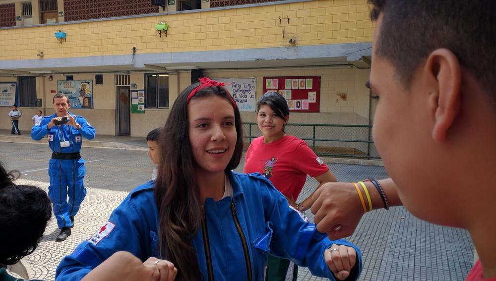 Sofía explicando una actividad lúdica a una brigadista // Sofía explaining an activity to a Brigadista