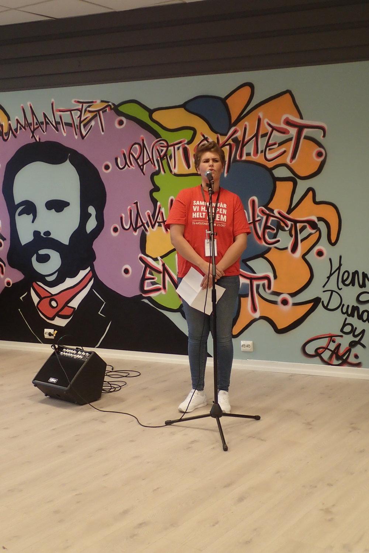 Sara, leader of Porsgrunn Røde Kors Ungdom officially opening Henrys Hus