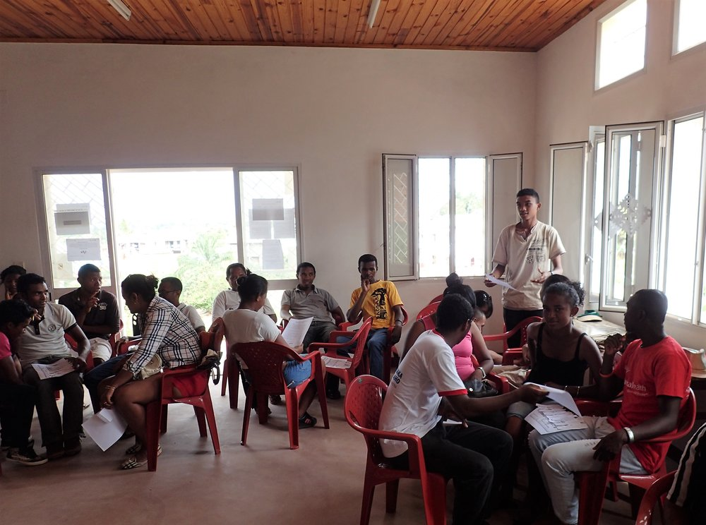 Red Cross volunteers in Tsiroanomandidy discuss youth participation