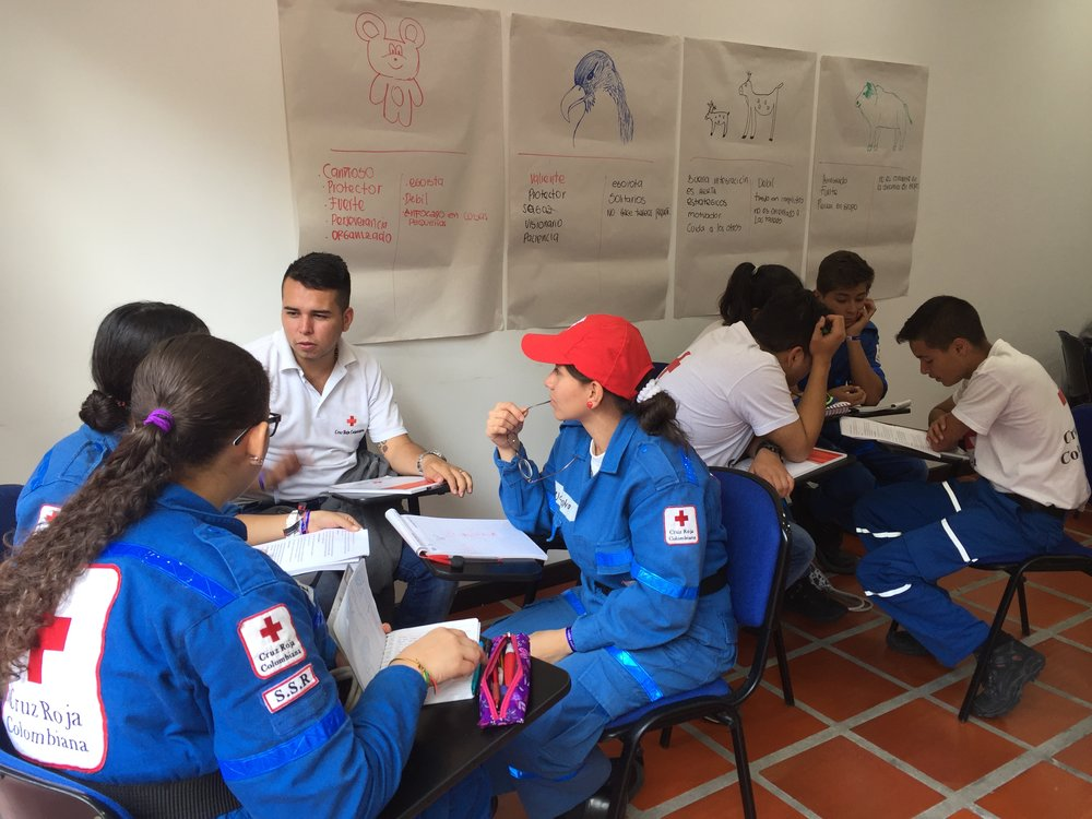 Voluntarios juveniles discutiendo diferentes estilos de liderazgo, en Manizales, Caldas, 26.02.17.//Youth volunteers discussing different styles of leadership, in Manizales, Caldas, 26.02.17.