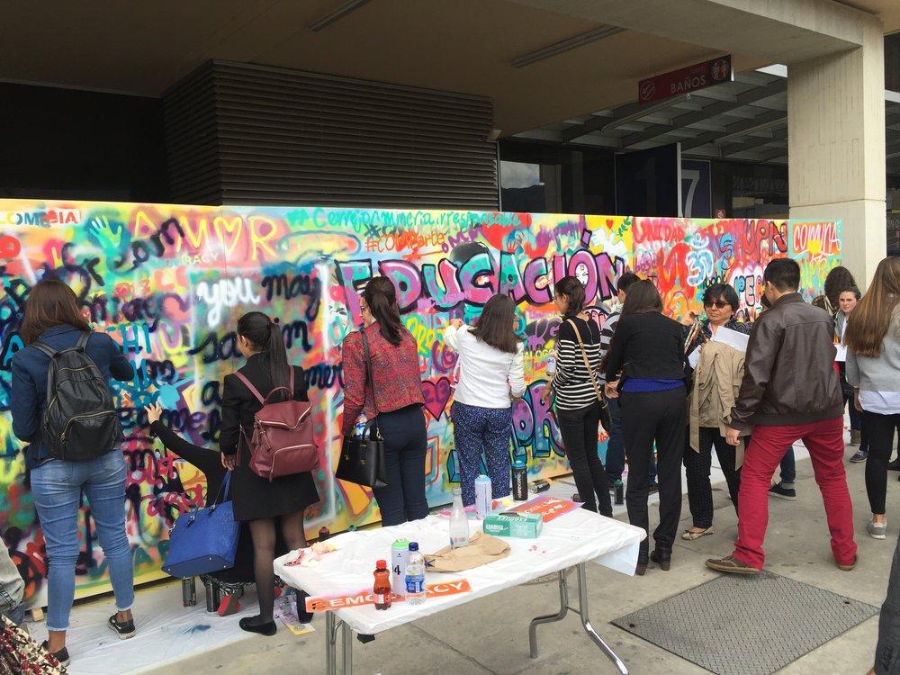 Participantes en la cumbre mundial de la paz en Colombia contribueron a un proyecto de comunicación visual sobre esperanza para el futuro.