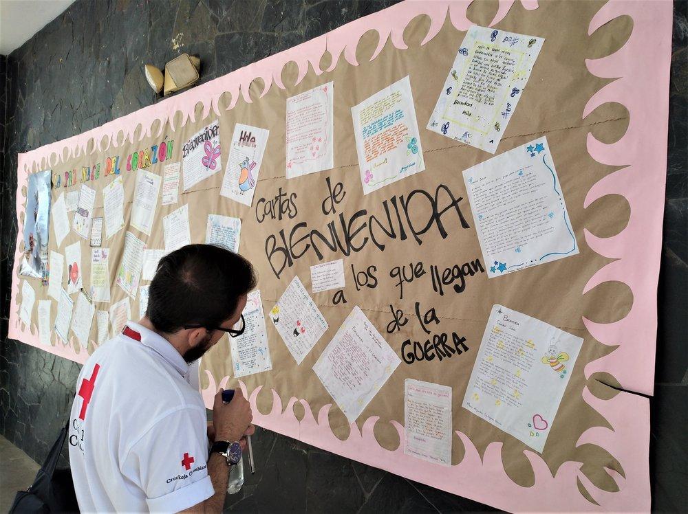 Carlos Franco (Analista de Educación Comunitaria), leyendo las cartas de bienvenidas. Foto: Sofie Sundström Bele