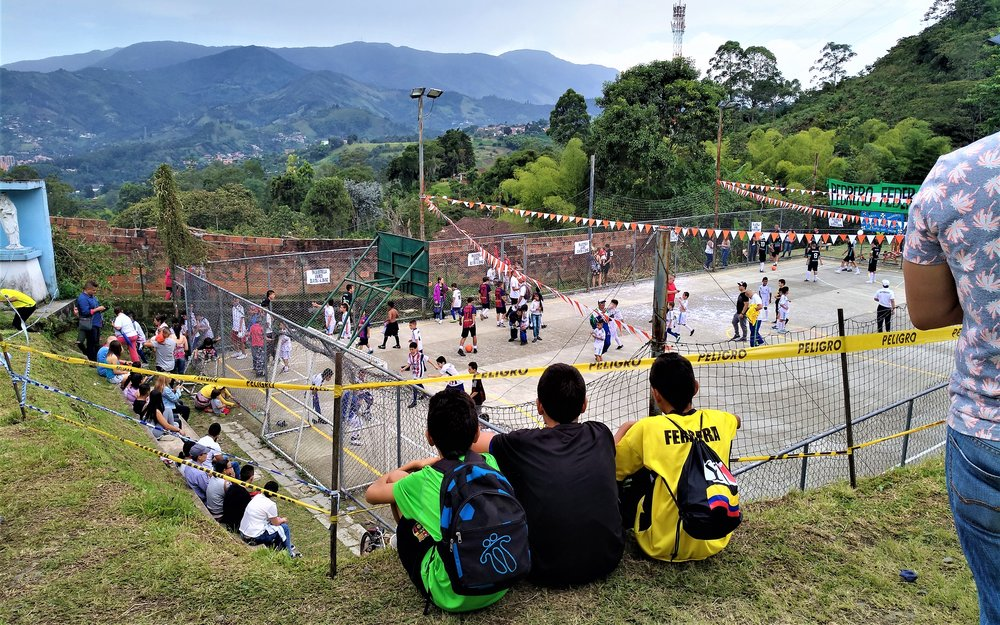 Personas viendo el partido de fútbol. Foto: Sofie Sundström Bele