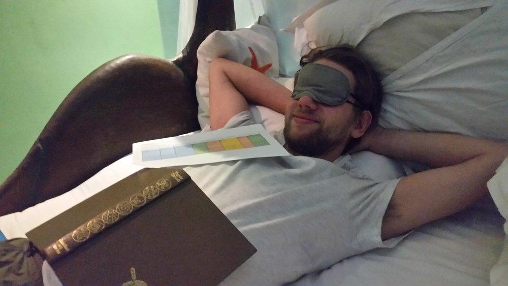 Sleeping masks have become a necessary accessory to be able to sleep. /Le masque de sommeil est devenu un accessoire nécessaire pour pouvoir dormir.