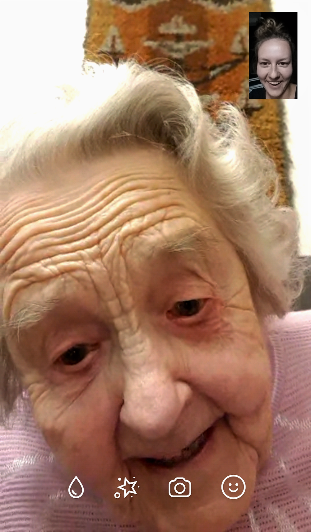 Aurora is facetiming with her 101-year-old grandmother.  Aurora est en contact sur Facetime avec sa grand-mère de 101 ans.