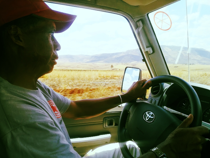 Tahina while driving the YDEP vehicle from Tsiroanomandidy to Antananarivo/Tahina en conduisant le véhicule, de Tsiroanomandidy à Antananarivo.
