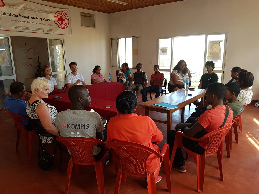 Meeting with the volunteers of Tsiroanomandidy Red Cross. Juma, our boss and international coordinator of YDEP, wanted to know what the volunteers work with and what their perception of YDEP is. / Rencontre avec les volontaires de Tsiroanomandidy Red Cross. Juma, notre chef et coordinateur international de YDEP, voulait savoir avec quoi travaillaient les volontaires et quelle était leur perception de YDEP.
