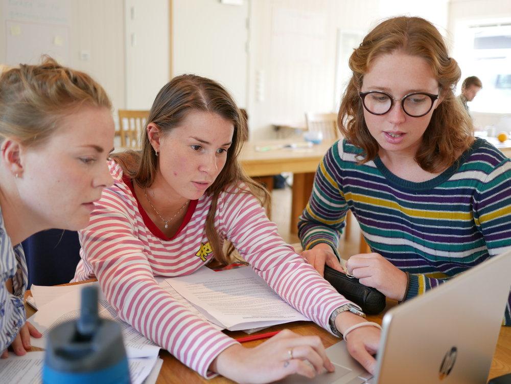 Las Dlegadas de juventurd Malene, Svanhild y Kaia hacer una tarea sobre planificar proyectos.