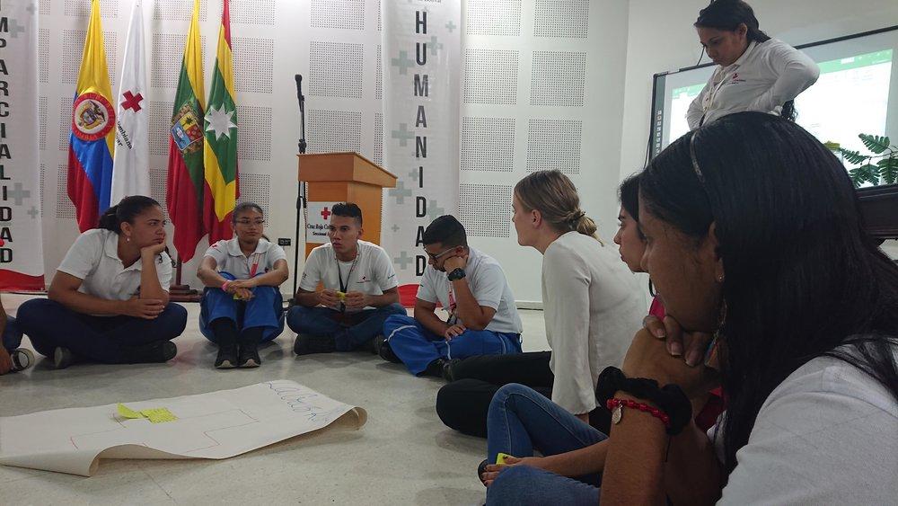Voluntarios de juventud discutiendo lo que necesitan para ser un voluntario feliz.