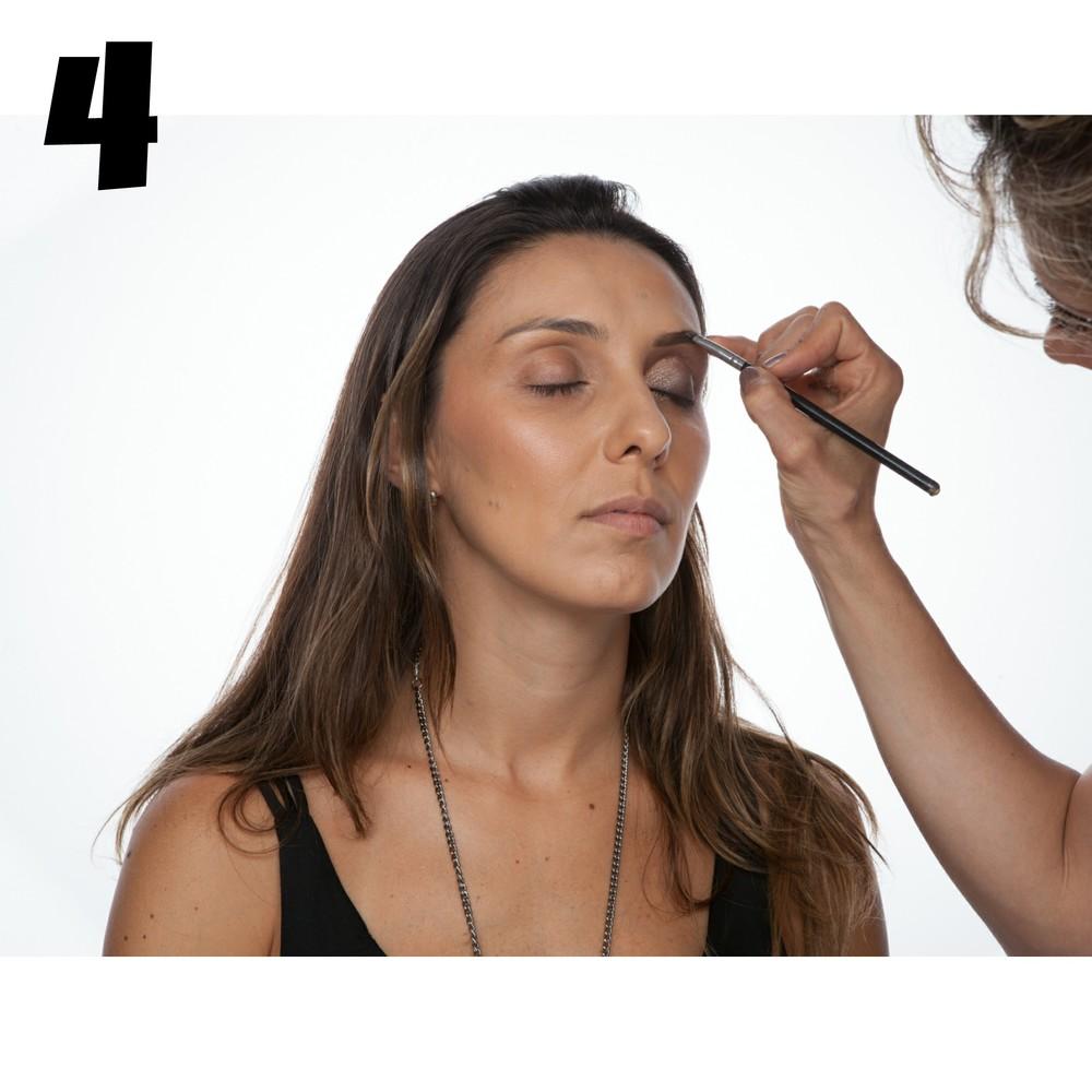 Sobrancelha faz parte da maquiagem. Aqui foi usado pincel chanfrado umedecido e sombra de olhos marrom opaca para definia as sobrancelhas.