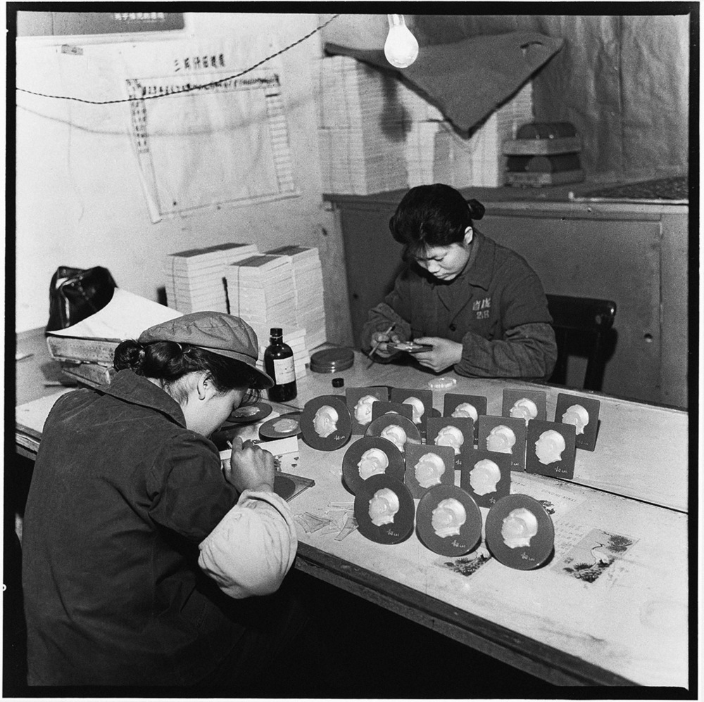 Workers making plaques of Mao, Heilongjiang Province, 1968 © Contact Press Images / Li Zhensheng