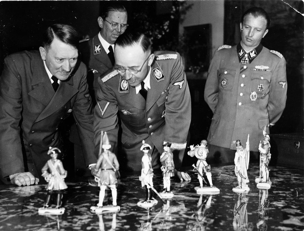 Himmler's birthday gifts to Hitler of Allach figurines, Berlin, 20 April 1944 © Bayerische Staatsbibliothek / Heinrich Hoffmann