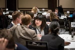 RENCONTRER  Les délégués peuvent s'inscrire à des rencontres de 15 minutes en tête-à-tête avec des producteurs exécutifs, des exécutifs de distribution et de diffusion, des showrunners, des financeurs et d'autres experts.