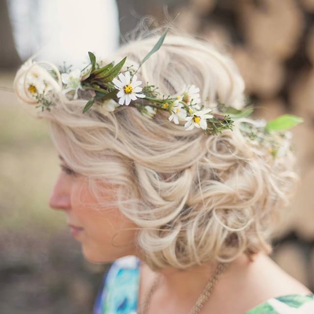 Dainty details.💛 #tbt #weareflowerheads #flowercrowns #artificialflowers #thatsdarling #hairinspo #aotd #curls #spring