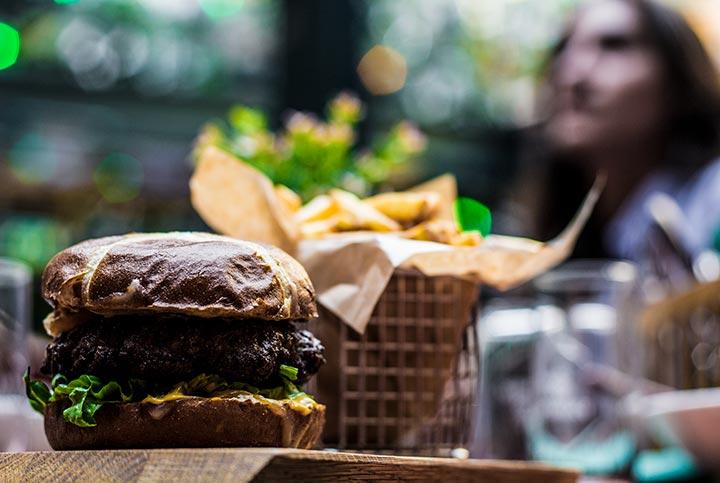 Justisens burger serveres med brød og pommes frites.