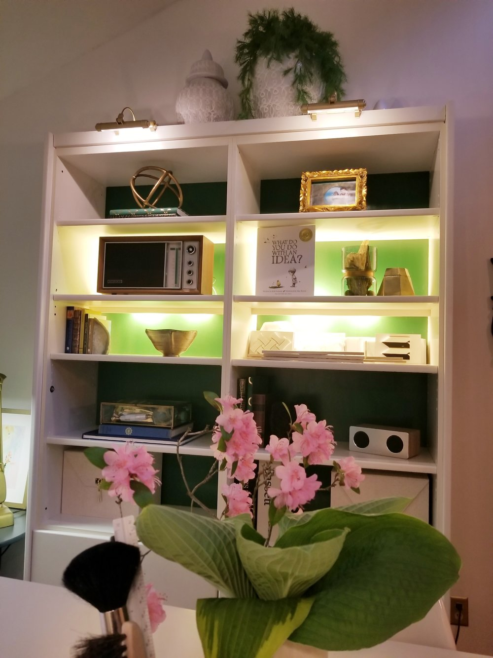 The bookcases were given a coat of green lacquer paint, just like the low bookcases on the other side.