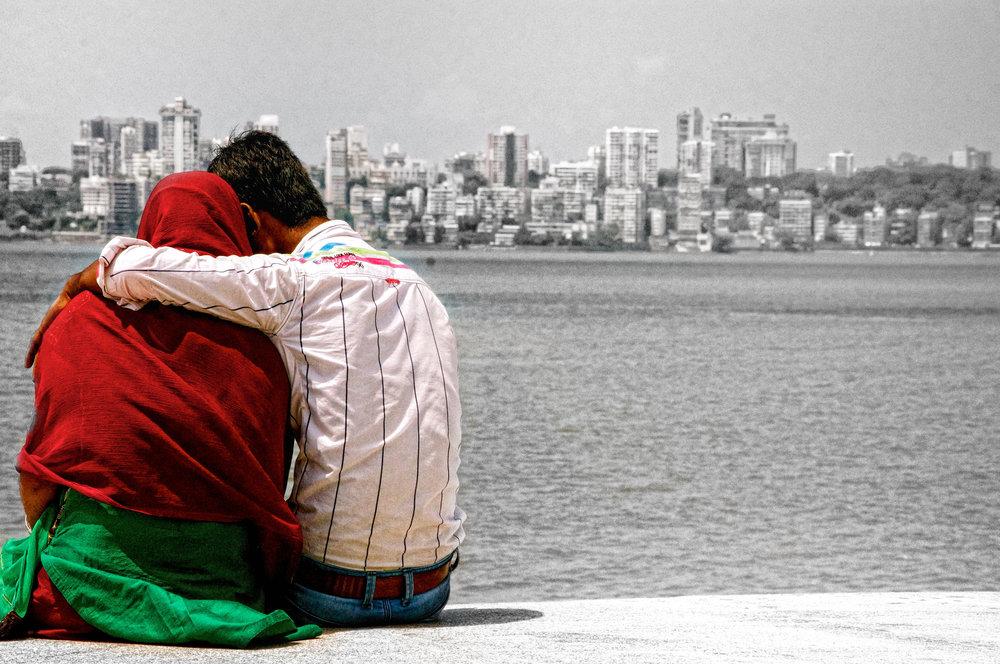 Mumbai Indien - Ein Liebespaar sitzt am Ufer des Schwarzen Meeres.