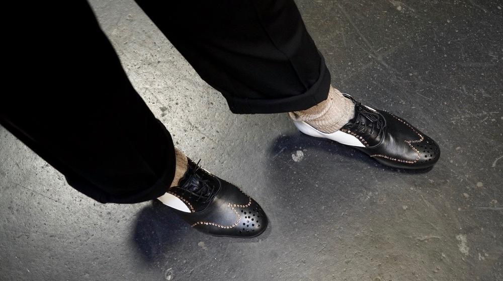 Skorna är knutna.