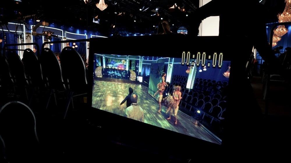 Så här ser det ut bakom scenen, här ser man sig själv på monitors bakom.