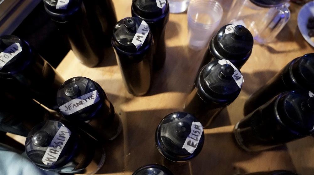 Vattenflaskorna står uppradade för när man dansat klart.