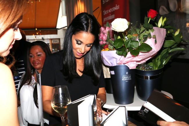 Meral signerar sina böcker