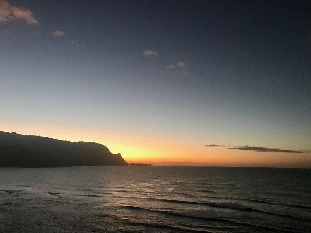 ノースショアの夕日。ほんの少しずつ春夏に向け、太陽が海の方へ移動してきましたよ♡