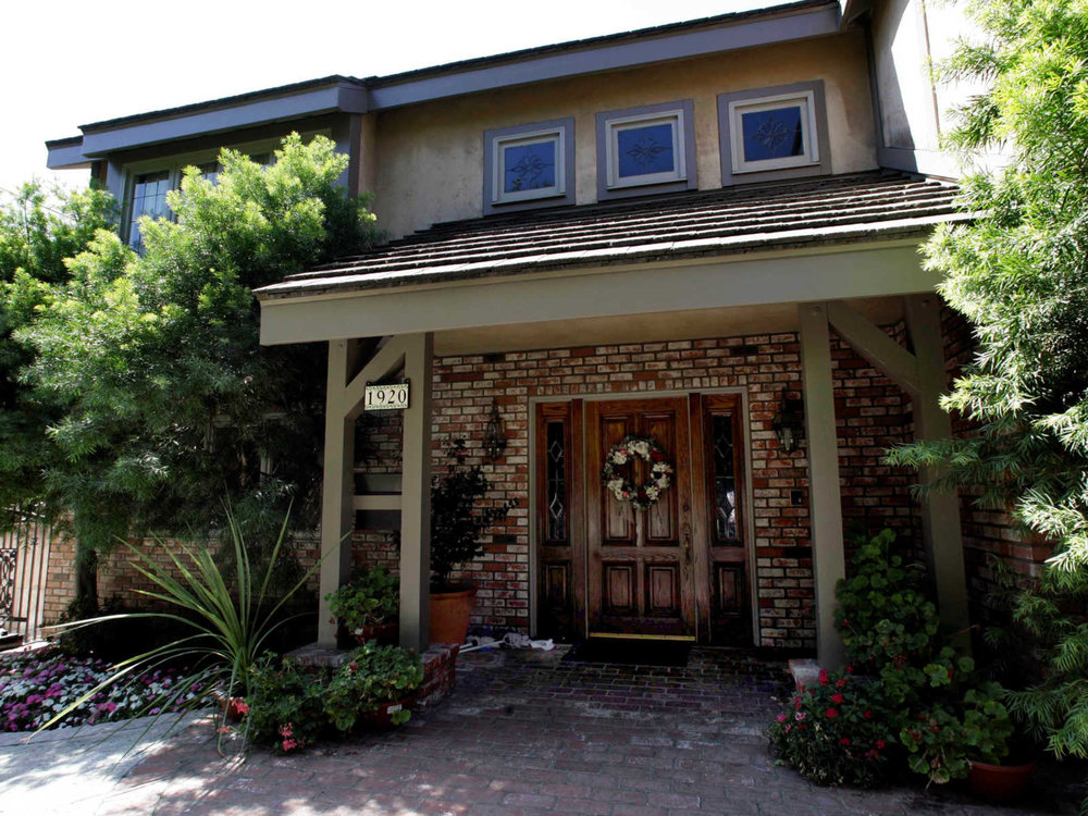 "A house is photographed at 1920 Lorain Road in San Marino, Calif., Wednesday, Aug. 6, 2008. The previous owners of the property, Jonathan and Linda Sohus, vanished without a trace in 1985. A man known as Clark Rockefeller accused of kidnapping his 7-year-old daughter during a visit in Boston, is a ""person of interest"" in the case of Jonathan and Linda Sohus. After his arrest in Baltimore, police realized Rockefeller's fingerprints matched those on an old license application submitted by Christopher Chichester _ a man who lived in a guesthouse on the Sohus' property and was a target of the initial investigation. (AP Photo/Nick Ut)"