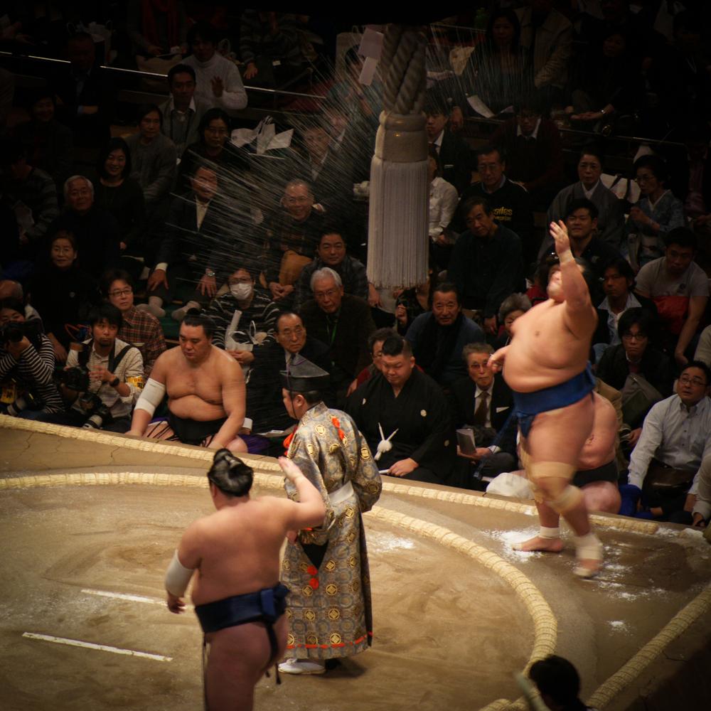 Shiomaki, spreading salt to expel evil in the ring