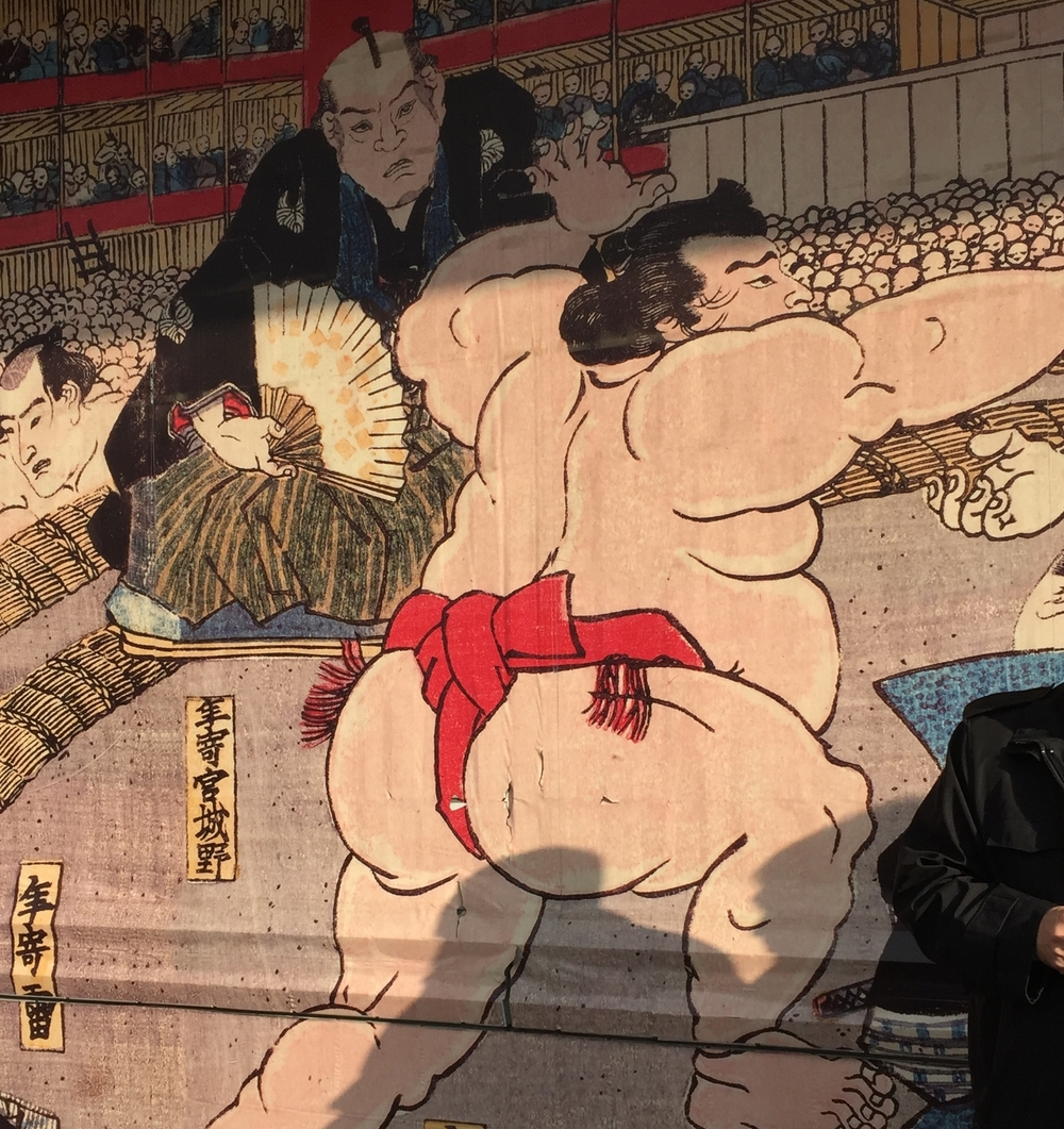mural outside showing an edo period woodblock print featuring sumo
