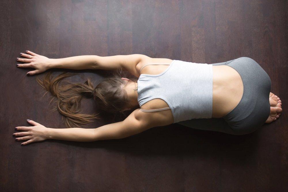 Barnet - Pust djupt og roleg - tenk at du puster mot lårene dine. Om du ikkje klarer å ligge helt strak med armene som på bildet - så kan du legge hendene under panna, eller bruke noko til å heve hodet litt. Dette skal føles behagelig - for å roe ned og flytte fokuset vekk fra dagen og inn mot treninga. Bruk nokon minutter her, men prøv å ikkje sovne inn :)