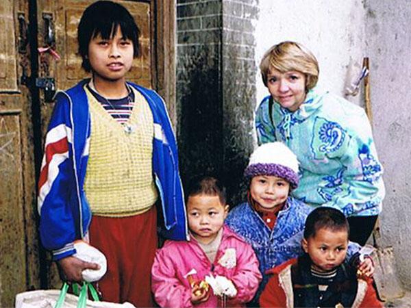 Jade    與她的姊妹入住陽光兒童村前,與本會主席    Dorothy Wong    女士的合照