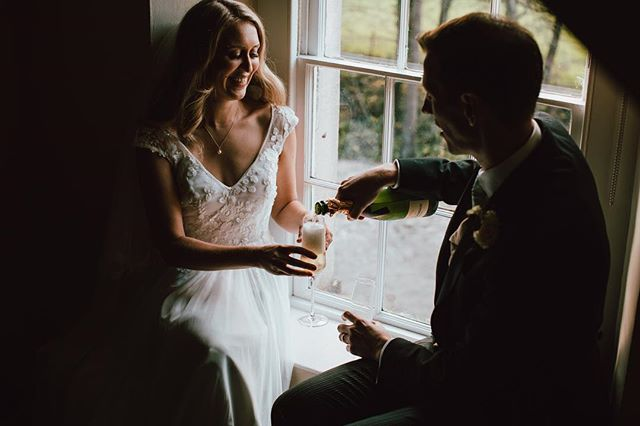 We had such a blast today celebrating Francesca & Will today as they got married in Wellow, Somerset. Thankfully we found spots of sun for outdoor pictures but when we couldn't, we cracked open champagne instead for some shots in the house instead 🍾 - fun!!