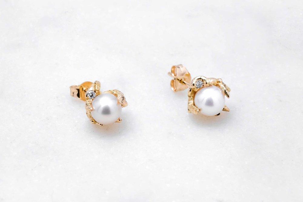 custom-earrings-gold-pearl-the-black-alchemy-3.jpg