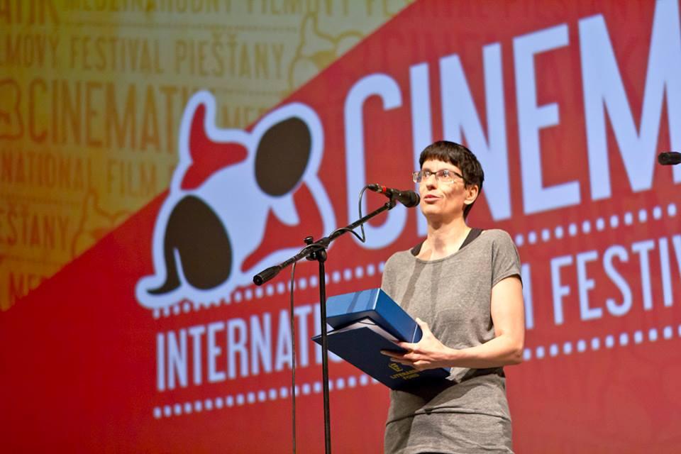 Zuzana Mistríková preberá cenu Cinematik.doc - Cenu Literárneho fondu.  Zdroj:  facebook / festival cinematik
