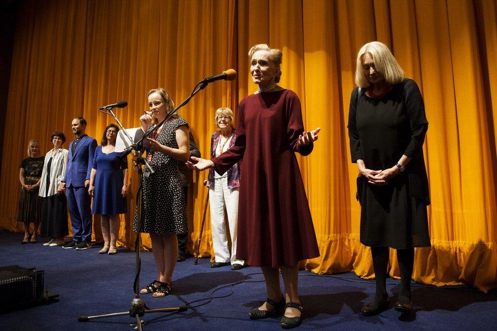 Soňa Červená (druhá sprava) s režisérkou Olgou Sommerovou (prvá sprava) na medzinárodnej premiére dokumentárneho filmu Červená v Karlových Varoch. Foto: (c) Mezinárodní filmový festival Karlovy Vary, 5. 7. 2017, Česká republika.