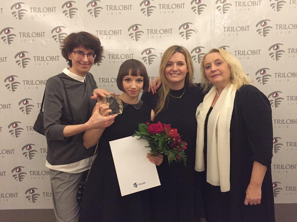 Hlavnú cenu TRILOBIT 2018 si za dokument Mečiar prevzala jeho režisérka a spoluautorka scenára Tereza Nvotová (druhá zľava) za osobnej účasti troch producentiek (na fotografii zľava doprava) - Zuzany Mistríkovej (PubRes/SR), Terezy Polachovej (HBO Europe) a Kateřiny Černej (NEGATIV/ČR).