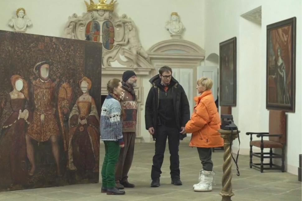 Photo from shooting (from left to right):  Yvona Stolařová  (Marie Kostka),  Hynek Čermák  (Frank Kostka),  Jiří Vejdělek  (movie director) a  Tatiana Vilhelmová  (Vivien Kostka).