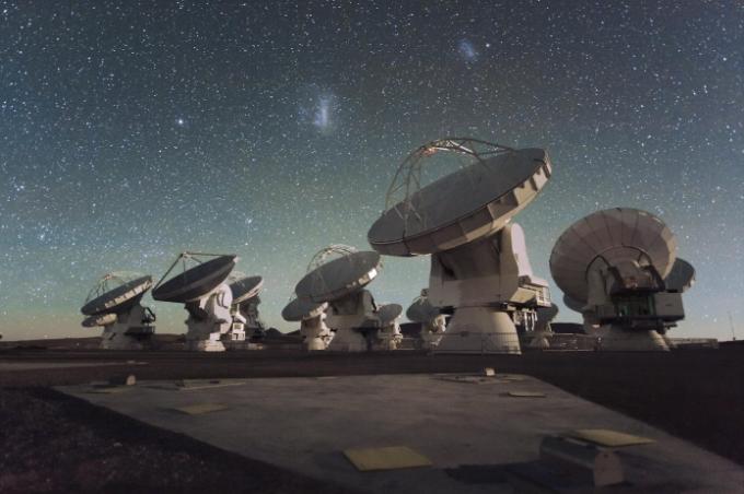 Antenas y estrellas en las instalaciones de ALMA.© ALMA (ESO / NAOJ / NRAO)