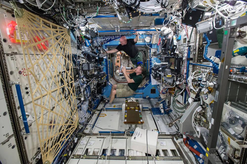 Astronautas Terry Virts y Scott Kelly (arriba) se realizan pruebas oculares en el Laboratorio Destiny de la ISS, la visión de los astronautas cambia cuando pasan largos periodos de tiempo en Gravedad 0, por lo que se realizan estudios para solventar ese problema para futuras misiones de viajes interplanetarios. Foto: NASA  ISS043E099306 (04/09/2015)