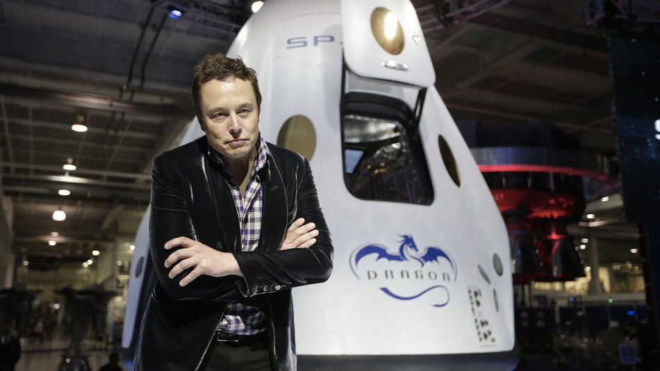 Elon Musk y la cápsula Dragon de SpaceX. Foto: Dartmouth Business Journal.