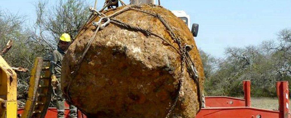 Meteorito Gancedo siendo extraido por la Asociación Astronómica Chaco, Campo del Cielo, Argentina.