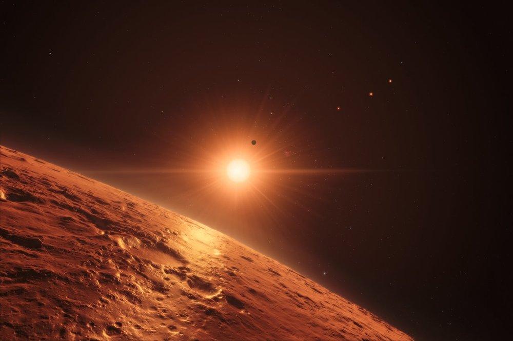 Al menos siete planetas orbitan la estrella enana ultrafría TRAPPIST-1 a 40 años luz de la Tierra y todos tienen aproximadamente el mismo tamaño que la Tierra. Varios de ellos se encuentran a la distancia adecuada de su estrella como para albergar agua líquida en sus superficies. Crédito: ESO/M. Kornmesser/spaceengine.org