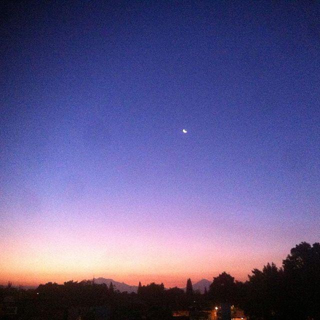 Amanecer en la Ciudad de México #luna #iztaccihuatl #popocatepetl #colors #nature #mañana #morning #amanecer #CDMX #skyporn #nofilter #lucesdelaciudad #buenosdias #MiraAlCielo